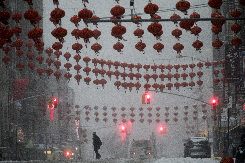 紐約市曼哈頓華埠東百老匯元宵燈籠仍高掛。(美聯社)