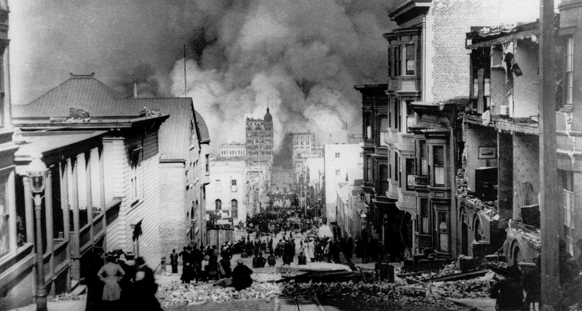 沙加緬度街上擠滿了居民,望著遠處還在燃燒中的建物。美聯社