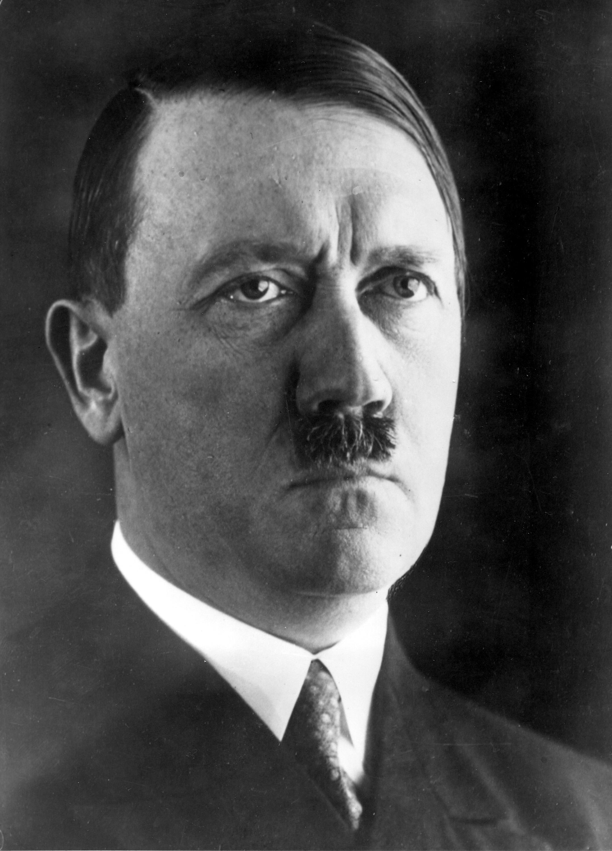1945年4月30日:四分之一犹太人希特勒舉槍自盡
