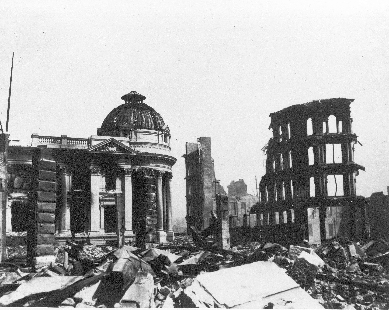 1906年4月18日加州舊金山發生大地震, Hibernia Bank 大樓被摧毀。美聯社