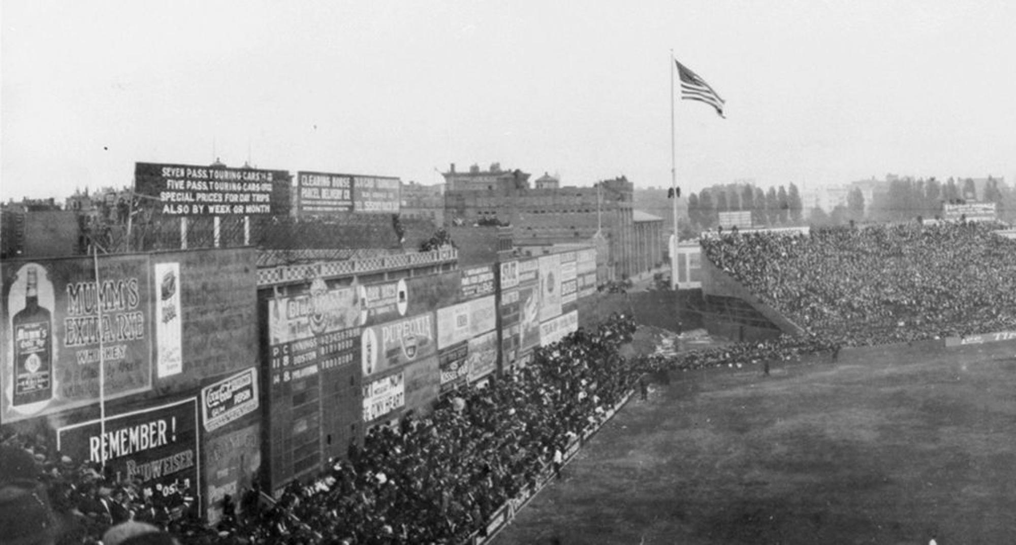 1914年左外野高牆掛著廣告招牌。(網路圖片)