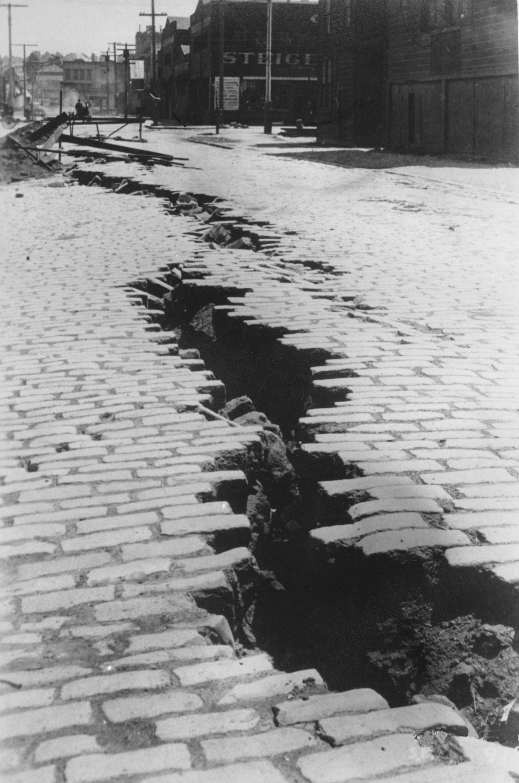 18街與勒辛頓街( Lexington Street )交口的紅磚路片出現巨大的裂縫。美聯社