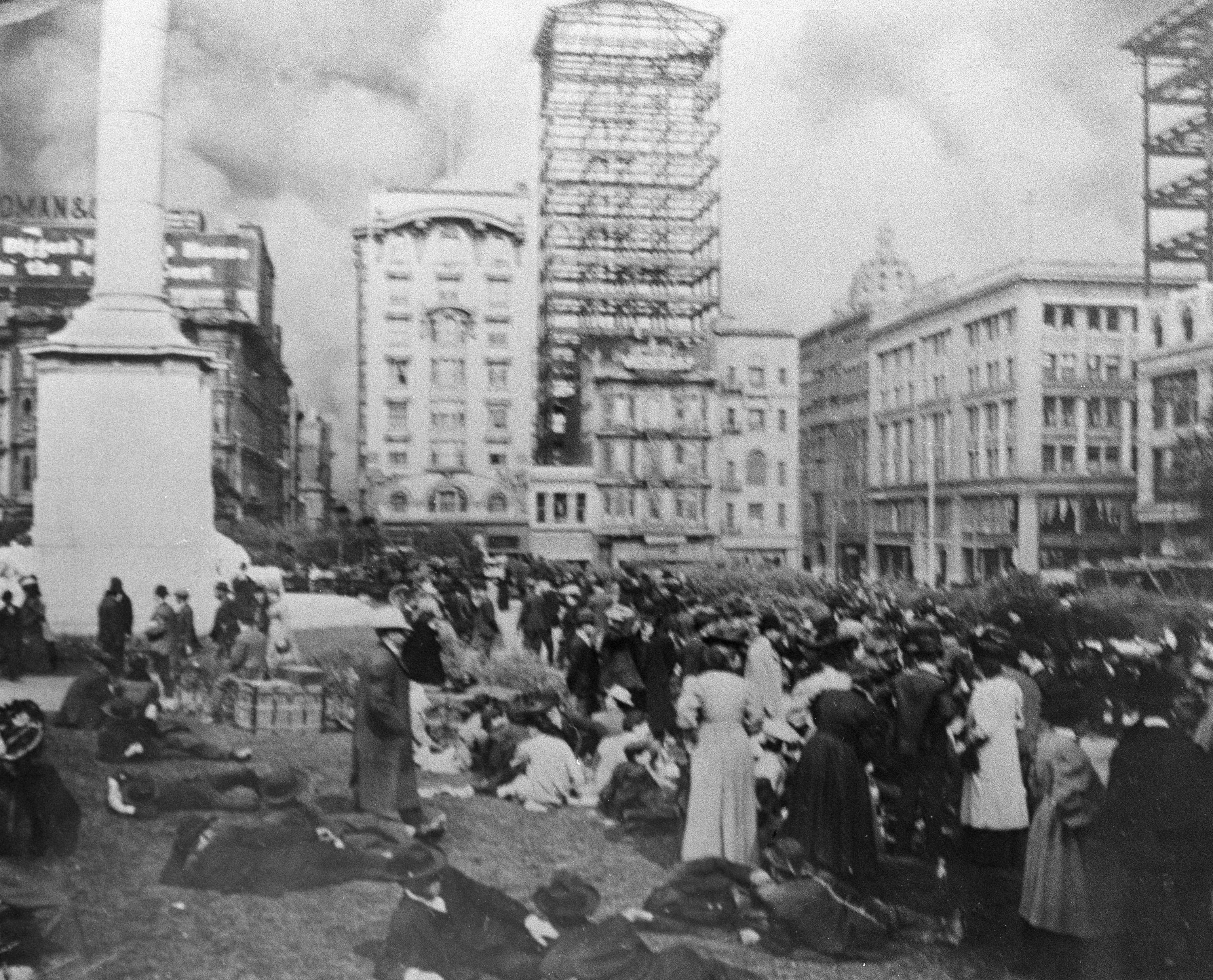 居民被疏散到聯合廣場(Union Square)。美聯社