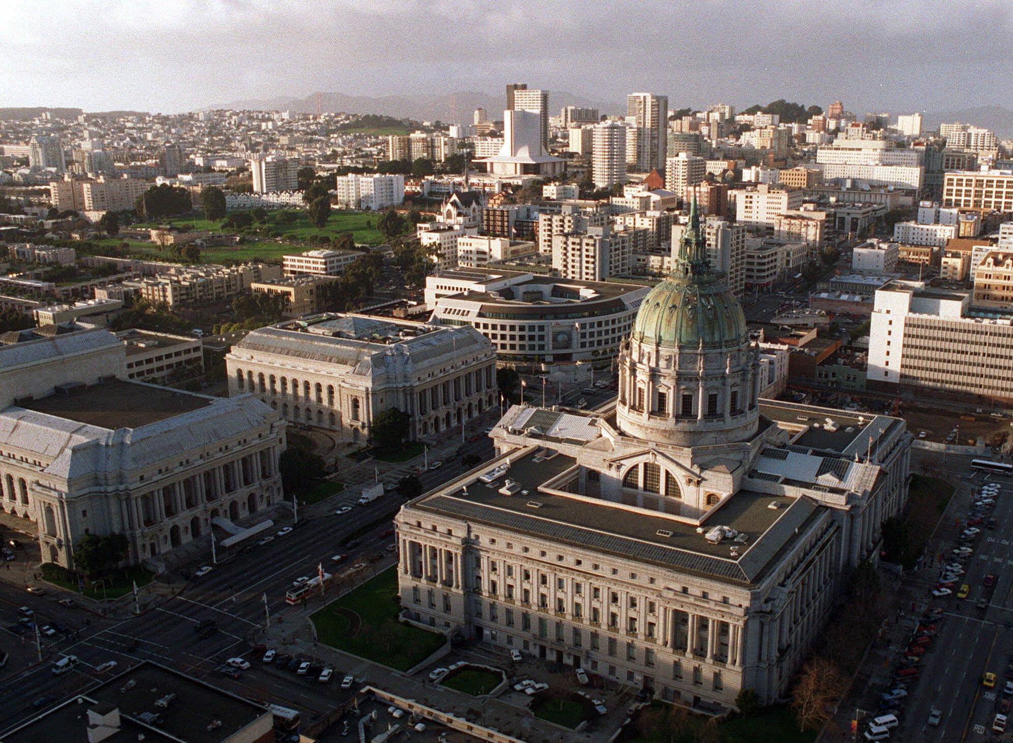 1995年舊金山市政廳(前)及市區景觀。美聯社