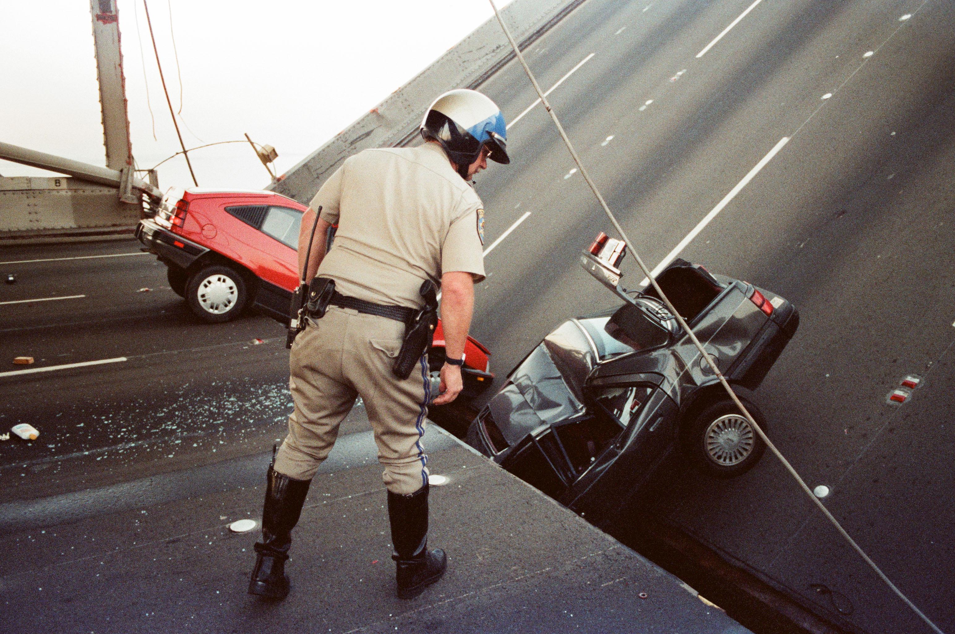 1989年10月17日,舊金山再度發生6.9級大地震,海灣大橋上層橋面斷裂,倒塌壓住下層橋面。美聯社