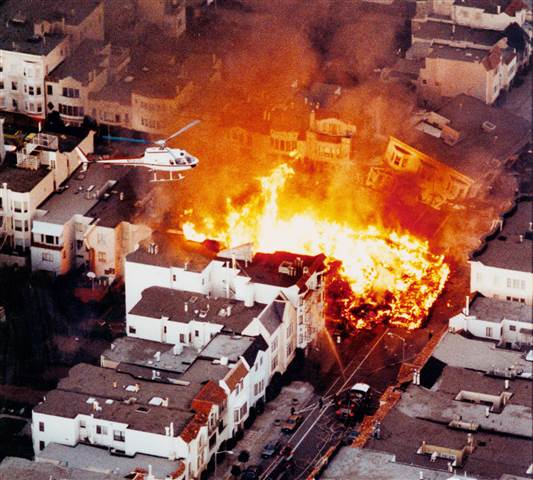 1989年舊金山大地震,Marina 區一棟三層樓房子被震垮。美聯社