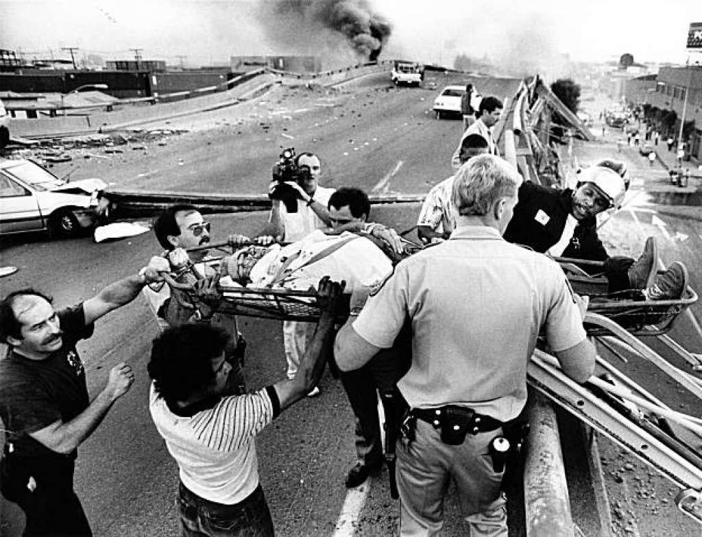 1989年舊金山大地震,救難人員在奧克蘭市區內的雙層高速公路上救援。美聯社
