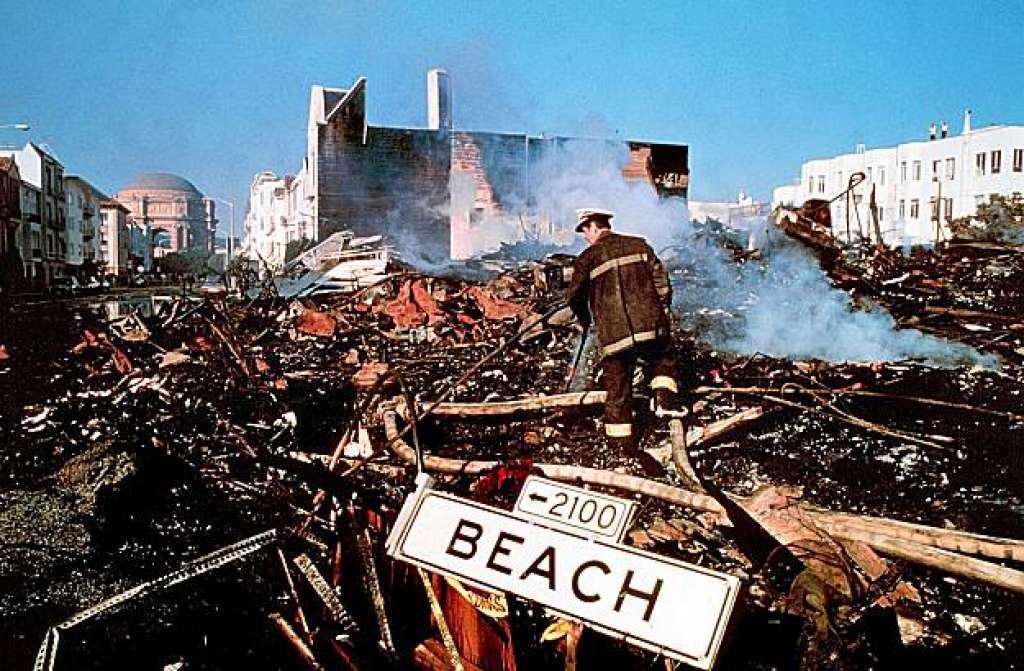 1989年舊金山大地震,消防員檢查被毀的房屋。美聯社