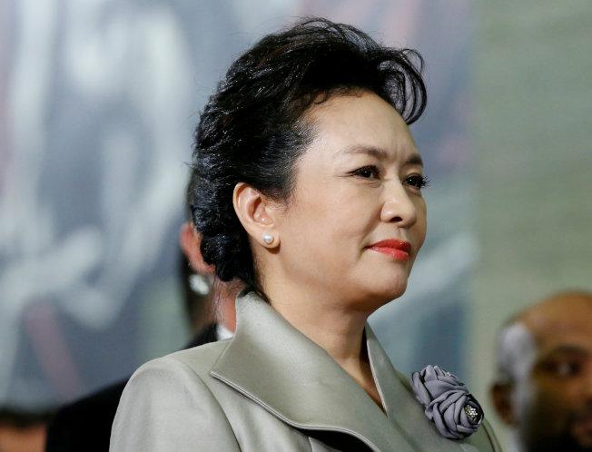 彭麗媛曾在國際峰會用眼神示意丈夫向群眾揮手