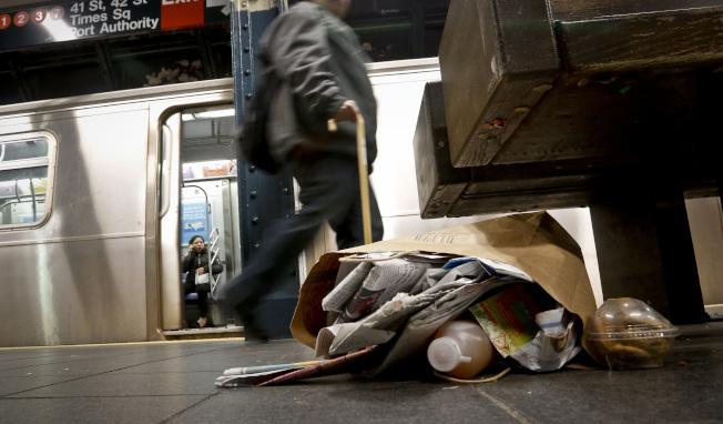 撤垃圾桶更糟!紐約地鐵變垃圾桶模樣…