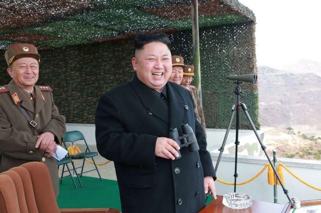日本媒體報導金正恩曾遭暗殺。圖為近日金正恩視察軍隊。(路透)