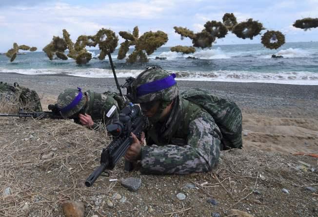 美韓兩國舉行軍演。圖為南韓陸戰隊進行兩棲登陸演習,後為特種煙幕彈。(Getty Images)