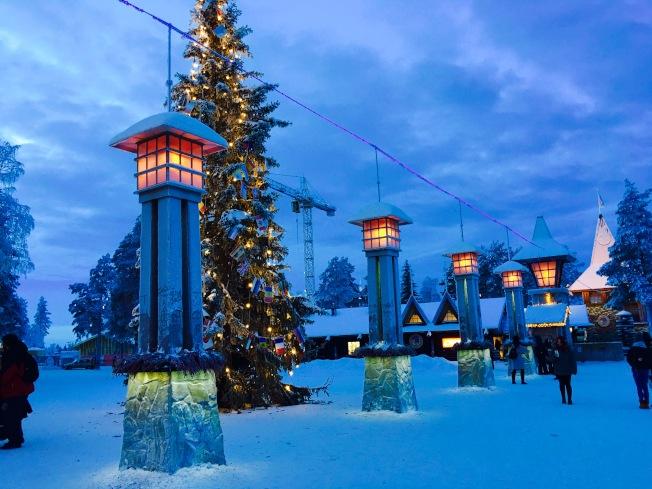 北極圈正好橫穿聖誕老人村而過,來此遊玩時可以看到空中的北極圈緯度標線。