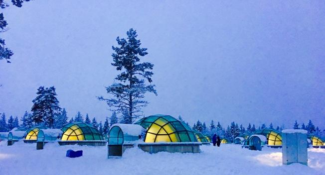 20座世界上獨一無二的玻璃穹頂小屋,使用了芬蘭人發明的熱玻璃,即使當外界溫度下降到下-30℃,熱玻璃也能保持良好的室溫和視界。