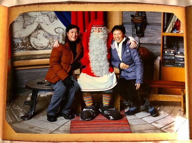 在短暫的寒暄了幾句後,慈祥和藹的白鬍子聖誕老公公將我們左擁右抱,留下了這幅珍貴的照片。