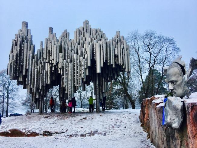 西貝柳斯公園裡最令人難忘的莫過於造型如同茂密森林的紀念碑,象徵著森林給予西貝柳斯無窮的創作靈感。