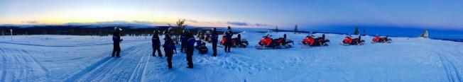開了約一小時後來到了一座山坡上,這裡寒風淩烈,世界萬籟俱寂,望眼而去,萬物都結上了了一層霜凍,這是大自然最美的時光。