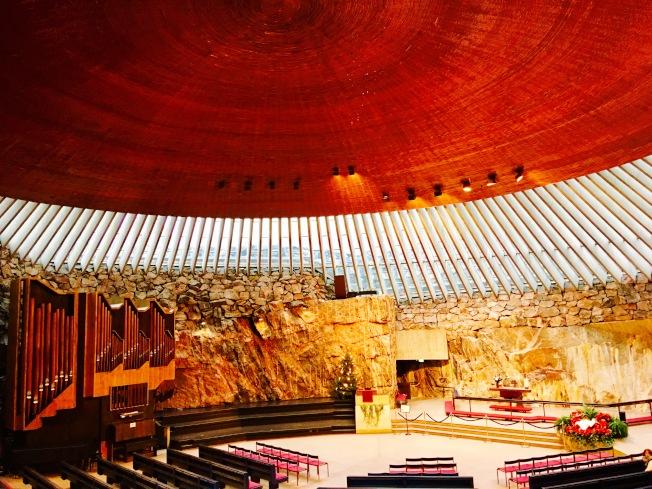這是世界上唯一一座建立在岩石中的教堂,光線透過鑲嵌的玻璃屋頂灑落,如同著陸的飛碟一般,設計構思巧妙而獨特。