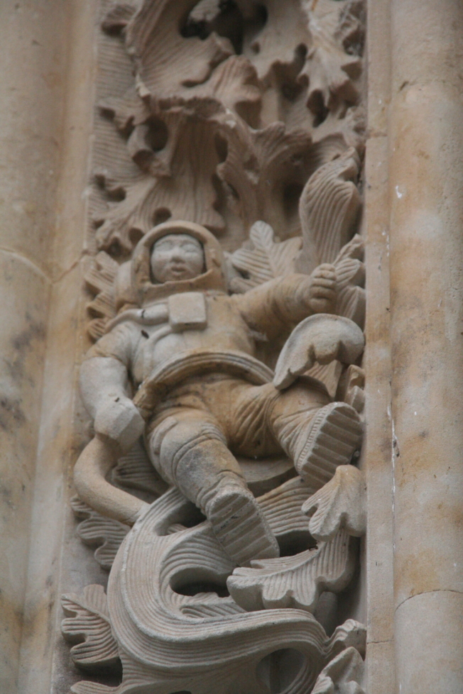 莎拉曼卡大教堂邊門的小太空人雕刻。