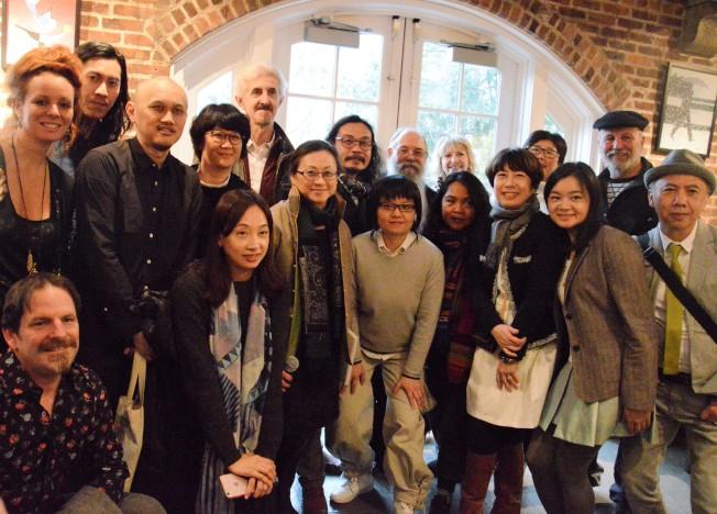 19名藝術家帶來30件以自然人文及環境社會為主題的作品,在皇后社區學院美術館展出。(記者牟蘭/攝影)
