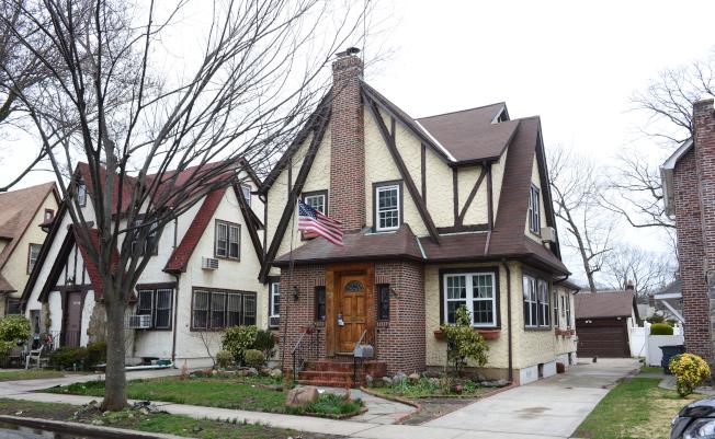川普總統童年舊居為1940年代都鐸式建築(Tudor-style),已幾度易主。(記者許振輝/攝影)