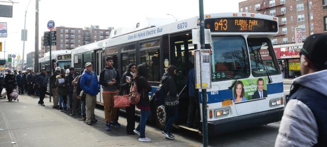 牙買加莊園公共交通設施便捷,在Hillside Ave多線公車與鄰近社區連接。(記者許振輝/攝影)