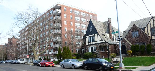 牙買加莊園Highland 大道的Coronet Hall公寓,一旁仍是獨棟的住房。(記者許振輝/攝影)