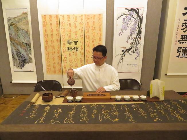 陳明清展示茶道,「雲霞」、「雲頂」、「雲霧」三席茶,讓書法家們以茶品墨。 (記者陳小寧/攝影)