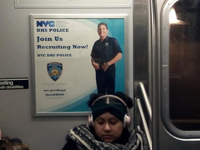 國土安全部在紐約市招聘警察,圖為地鐵裡的招聘廣告。(記者韓傑/攝影)