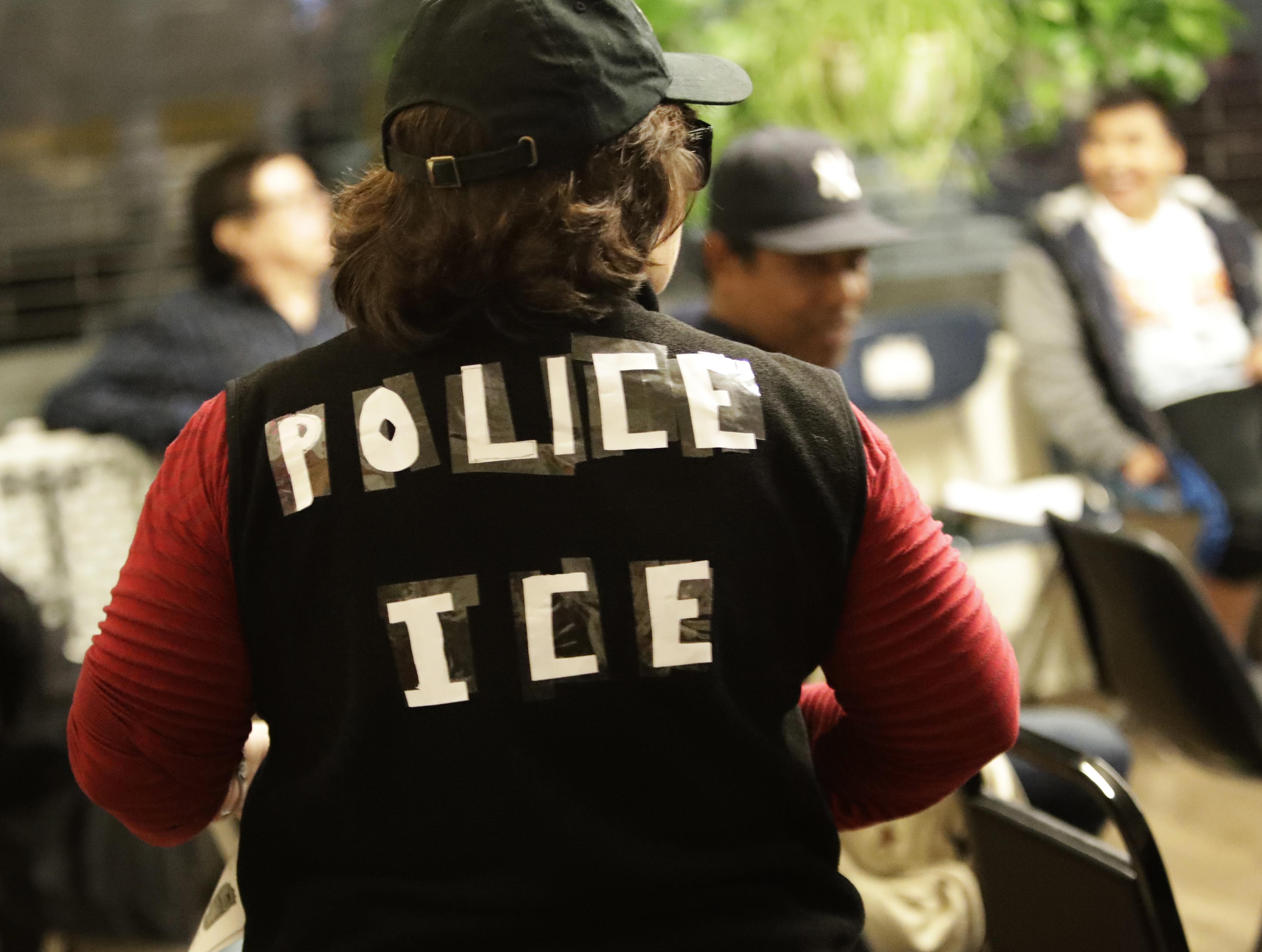 「造路紐約」志願者假扮移民執法人員攔查,告訴無證移民如何應對。(美聯社)