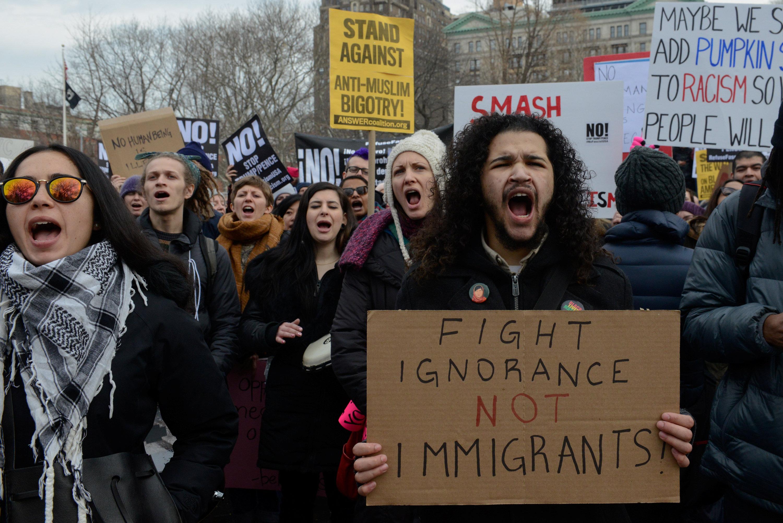 反對最近移民局大規模突檢的抗議者11日在紐約市吶喊。(路透)