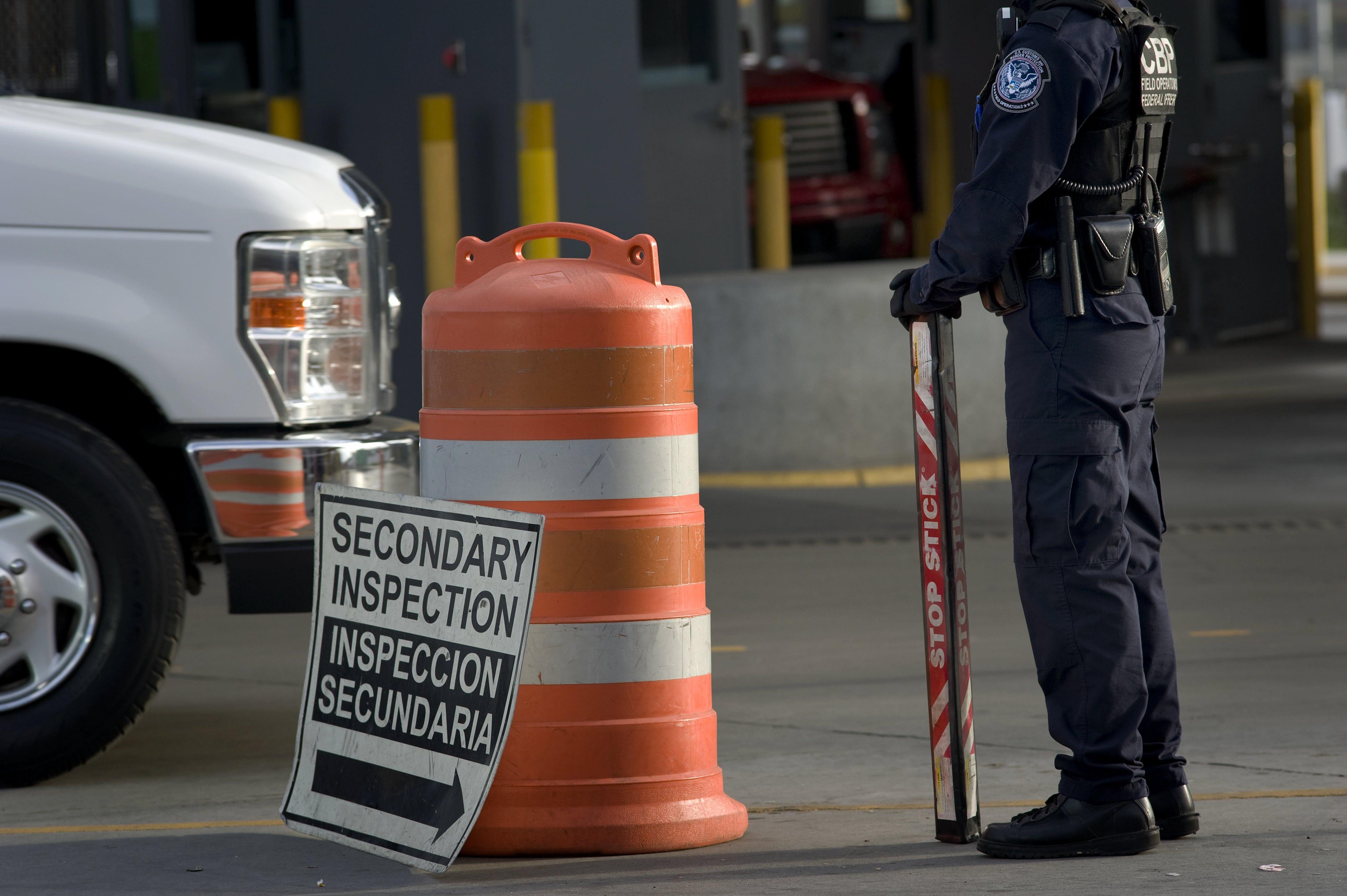 國安部在全美大規模搜捕無證移民罪犯,同時也加強邊界檢查。圖為聖地牙哥和墨西哥聖以西鐸口岸的檢查站。(歐新社)