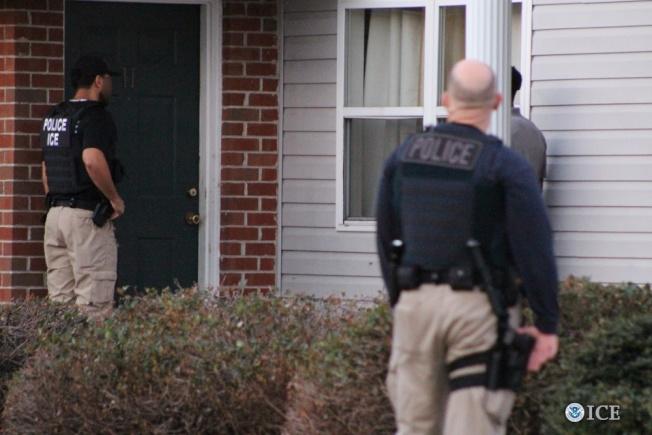 聯邦移民及海關執法局(ICE)和遣返執法處,於3月底在大華府地區逮捕82名無證移民,其中絕大多數背負犯罪指控。(ICE提供)