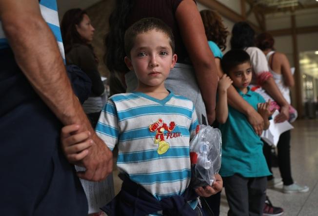 圖為與父親一同偷渡的中美洲男童。(Getty Images)