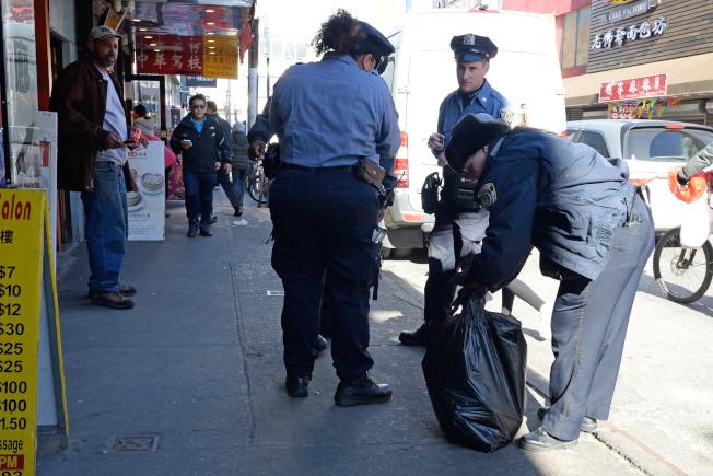 市清潔局執法人員8日出動,沿街打開垃圾袋確認哪家商戶違規。(記者朱澤人/攝影)