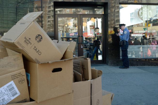 法拉盛緬街的星巴克紙箱垃圾違規堆放路邊,被清潔局執法人員數百元罰單。(記者朱澤人/攝影)