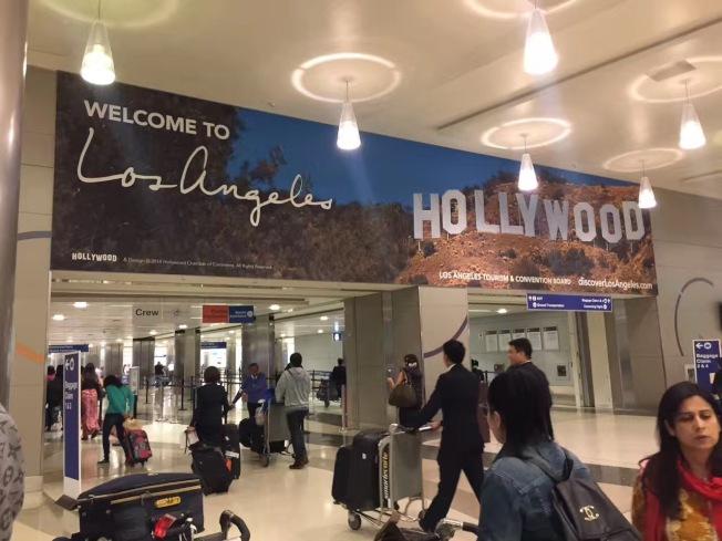 一名25歲的四川遊客日前入境洛杉磯國際機場(LAX)時被關進小黑屋,且被遣返回中國。律師說,來美的親屬邀請信和停留時間都要合情合理,才能被放行進入美國。(讀者提供)