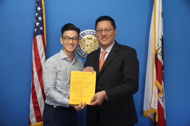 馬振翼(右)在羅達倫的監証下,擔任加州大學董事會董事遴選委員會的委員。(記者李榮/攝影)
