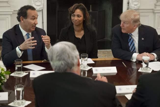 川普總統於今年2月邀航空業者到白宮座談,聯航執行長孟諾茲(左)曾與川普對話。(Getty Images)
