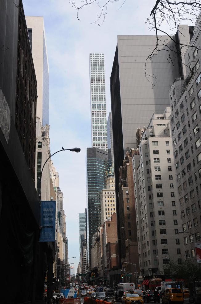 曼哈頓57街四周聚集了豪華摩天大樓公寓,包括432 Park Avenue。(記者許振輝/攝影)