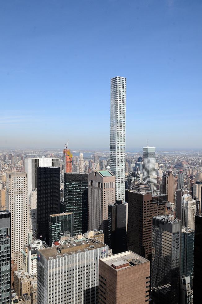 曼哈頓57街四周聚集了豪華摩天大樓公寓,包括432 Park Avenue,筆直的大樓聳立在東邊的樓群之中。左側黑色外觀的大樓為川普大樓。(記者許振輝/攝影)
