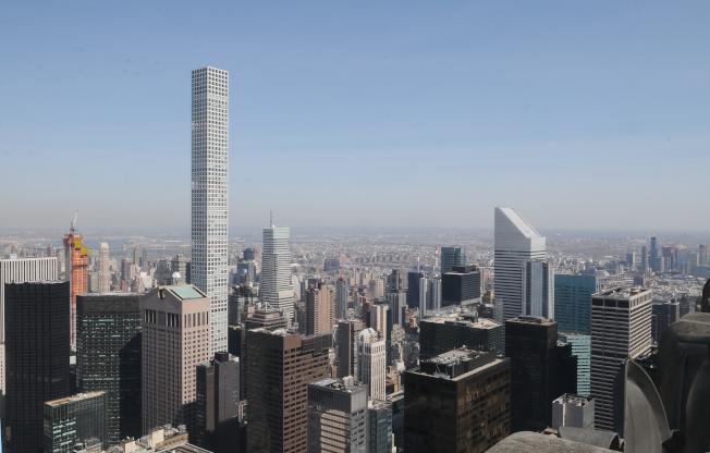 曼哈頓57街四周聚集了豪華摩天大樓公寓,包括432 Park Avenue,筆直的大樓聳立在東邊的樓群之中。右側遠處為皇后區。(記者許振輝/攝影)