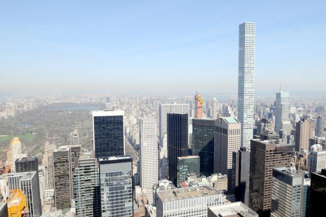 曼哈頓57街四周聚集了豪華摩天大樓公寓,包括432 Park Avenue,筆直的大樓聳立在東邊的樓群之中。左側為中央公園。(記者許振輝/攝影)