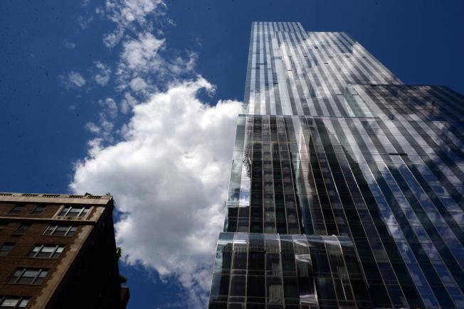 曼哈頓One57位於西57街,共90層,樓高1004呎,外牆映入雲彩,如瀑布般潑灑而下。(記者許振輝/攝影)