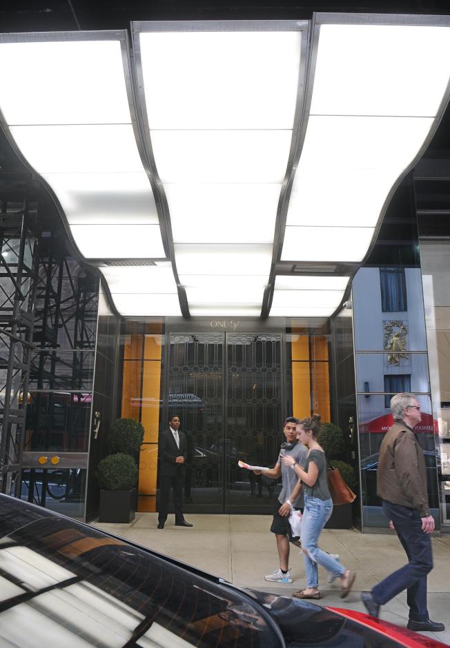 曼哈頓One57位於西57街,門衛在旁服務。(記者許振輝/攝影)