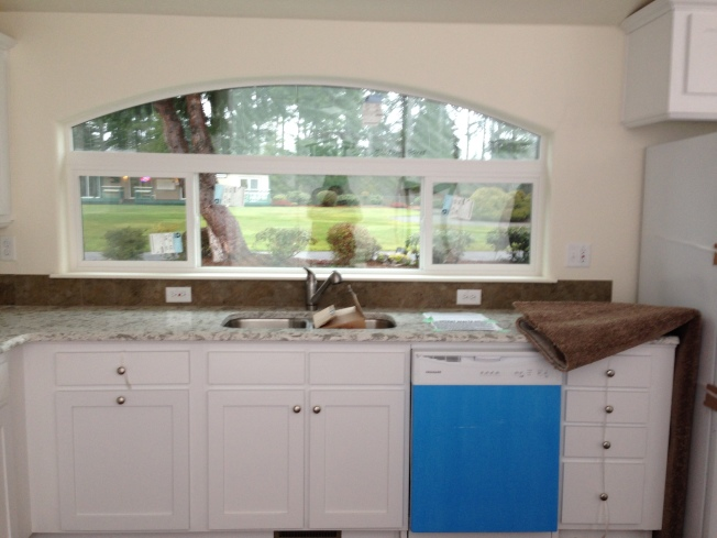廚房有扇大窗,光線充足。