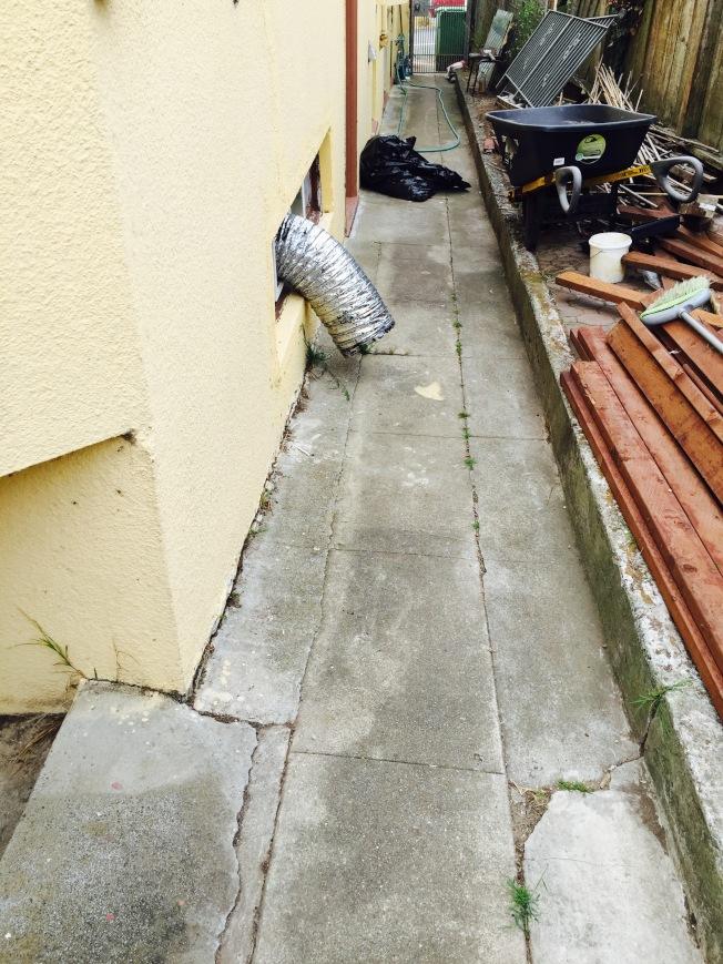 一根直徑近一呎的超粗排氣管,從種植大麻的屋內通到室外,開足馬力排氣。