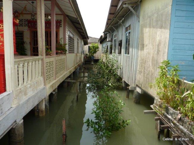 居民在水上建屋,整排房子都是水上人家。