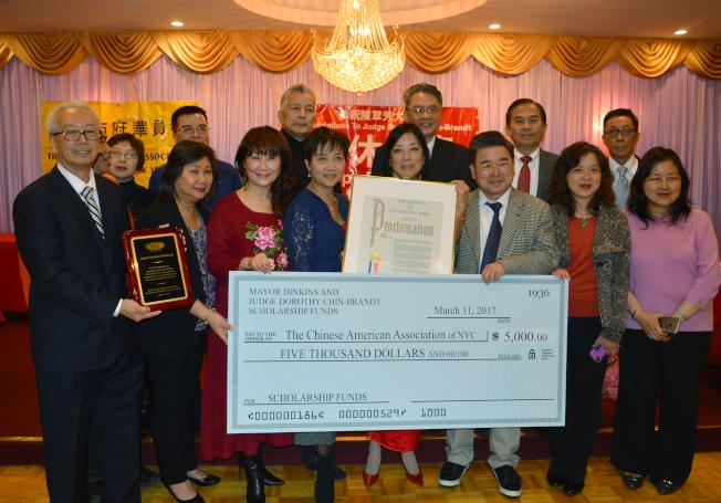 陳翠芳(前左五)今年3月成立丁勤時獎學金。(本報資料照片)