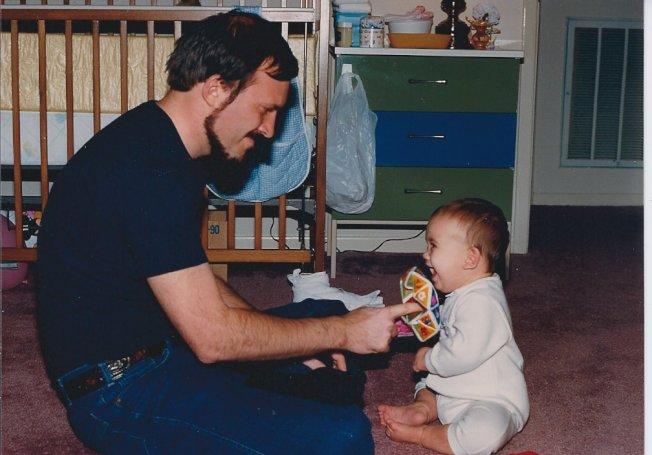 小時候女兒是爸爸的玩偶,長大後爸爸反成為女兒的玩伴。
